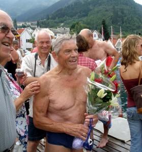 Kristen Kvalheim, de 84 anos, foi o nadador mais velho do Sognefjord Swim Festival 2006.