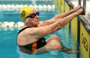 Margo Bates, de 98 anos, se prepara para a largada dos 100m costas.