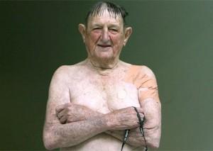 Jack Mathieson, de 91 anos, faz pose após nadar os 800m livres.